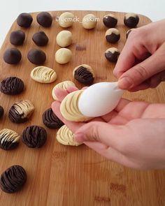 """4,772 Beğenme, 77 Yorum - Instagram'da @yemek_askim: """"Hayırlı akşamlar zaman ne kadar hızlı geçiyor değil mi bazen anlam veremiyorum sahi sizin için…"""" Biscotti Cookies, Galletas Cookies, Cute Cookies, No Bake Cookies, Cupcake Cookies, Mini Cupcakes, Biscuit Bar, Biscuit Recipe, Amazing Food Decoration"""