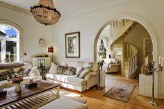 wystrój wnętrz, home decor, wnętrza, dom, mieszkanie, aranżacje, dworek, styl skandynawski, mix stylów, salon, pokój dzienny, schody, glamour, kanapa, białe wnętrza