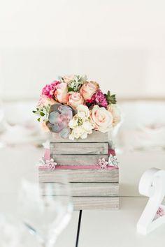 Idejas, kur kārtot ziedus, ir simtiem, šoreiz par ziedu buķetēm koka kastēs.