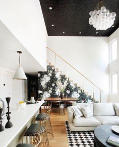 Black and white living spaces - Open-plan living space with high ceilings, a staircase with floral wallpaper, a large chandelier, textured wallpaper on the ceiling and mixed material floors Interior Design Inspiration, Decor Interior Design, Interior Decorating, Design Ideas, Modern Interior, Decorating Tips, Eclectic Modern, Modern Room, Design Trends