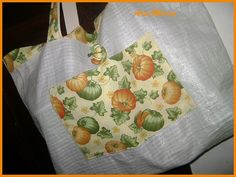 https://flic.kr/p/72DTm5 | Eco Bag | Voltei as eco bags de material reciclado. Neste caso, saco de ração de animais da chácara com tecido. Bolsinho por fora para guardar a carteira!!!!!