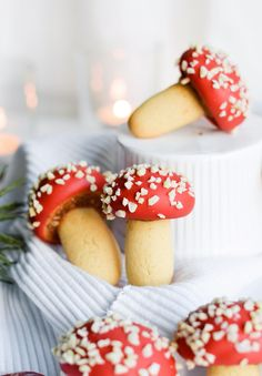 These strawberry almond mushroom cookies are not just pretty, but a delicious combination of almonds, strawberry jam and white chocolate. Cookie Recipes, Dessert Recipes, Sugar Cookies, Cake Cookies, Cupcakes, Almond Recipes, Vegan Recipes, Christmas Baking, Nordic Christmas