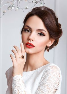 An array of 40 amazing wedding makeup ideas. Browse through our bridal makeup ideas and find your perfect wedding makeup! Romantic Wedding Makeup, Wedding Makeup For Brown Eyes, Wedding Makeup Tips, Natural Wedding Makeup, Wedding Hair And Makeup, Natural Makeup, Wedding Nails, Trendy Wedding, Vintage Wedding Makeup