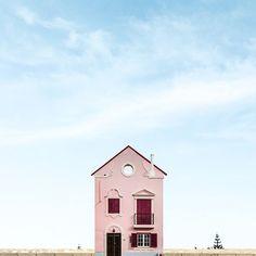 Fotógrafo registra pequenas casas isoladas em Portugal