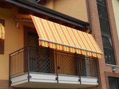 ideale per balconi con finestre che aprono all'esterno o gelosie, una prima sezione di braccio è dritta per scavalcare la gelosia o la finestra, per poi inclinarsi e coprire da sole e pioggia