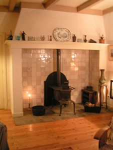 Schouw met houtkachel Little House Living, Double Sided Fireplace, Fireplace Mantels, Fireplaces, Firewood, Beautiful Homes, Living Room, Bed, Stoves