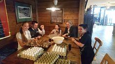 Wir, die Helferlein des Osterhasen sind fleißig beim Ostereier färben... Mehr dazu: https://www.facebook.com/dasgoldberg