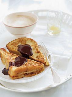 Caramelizada plátano tostada francesa con salsa de chocolate