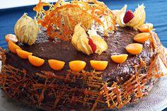 Tort z kremem kasztanowym, malinami, polewą daktylową i physalis