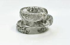 Questo anello di resina di grafite contiene scaglie dargento metallico sospeso resina pigmentata in mano. Si può indossare solo uno o è possibile impilare due o tre anelli su un dito.  Questo elenco è per un anello di resina di grafite con scaglie dargento.  Fatti a mano da me da zero, ogni uno dei miei pezzi è pigmentato e versato in uno stampo in silicone a mano. Dopo rimuoverlo dallo stampo che io mano sabbia per voi di avere un pezzo liscio e confortevole da indossare.  Si prega di…