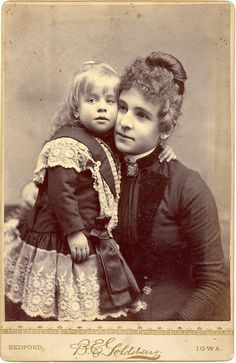 This site exists to discredit the idea of the Victorian standing post mortem photo. Post mortem photos do exist, but none of them are stand alone. Vintage Pictures, Old Pictures, Vintage Images, Old Photos, Vintage Children Photos, Post Mortem Photography, Mother Day Wishes, Art Populaire, Photo Vintage