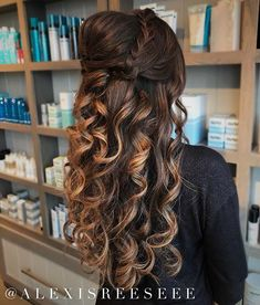 Box braids in braided bun Tied to the front of the head, the braids form a voluminous chignon perfect for an evening look. The glamorous touch: mix plum, caramel and brown locks. Box braids in side hair Placed on the shoulder… Continue Reading → Ethnic Hairstyles, Elegant Hairstyles, Formal Hairstyles, Braided Hairstyles, Hair Places, Braided Half Updo, Long Box Braids, Loose Curls, Fall Hair