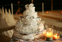 Cake with white seashells for a beach wedding.