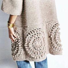 Cardigan en tricot & 𝓜𝓸𝓻𝓮 𝐼𝓃𝓈𝓅𝒾𝓇𝒶𝓉𝒾𝑜𝓃. Pull Crochet, Crochet Jumper, Crochet Coat, Crochet Cardigan Pattern, Crochet Jacket, Crochet Blouse, Crochet Scarves, Crochet Clothes, Knit Cardigan