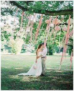 PomPoms und Satinbändern in einem Baum | PomPoms and satin ribbons in a tree make a beautiful wedding backdrop