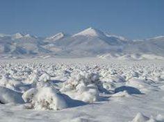 En la actualidad, la palabra desierto también se aplica a las regiones de hielos y nieves perpetuas de las latitudes polares.