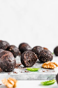 Delicious no bake mint brownie energy bites packed with omega thanks to heart-healthy walnuts! These mint chocolate energy bites are made with only 5 ingredi Best Dessert Recipes, Fun Desserts, Snack Recipes, Gf Recipes, Paleo Dessert, Desert Recipes, Kitchen Recipes, Amazing Recipes, Healthy Desserts
