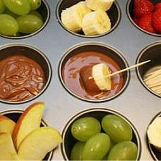Simple party food idea: Muffin tins are so handy. Chop some fresh fruits, melt some chocolate and and the kids will love you! (What To Dip In Cheese Fondue) Dips Für Fondue, Fondue Party, Fruit Party, Snacks Für Party, New Recipes, Cooking Recipes, Favorite Recipes, Crepes Party, Good Food