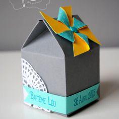 Boîte à dragées en forme de maison grise et moulin à vent turquoise et jaune moutarde