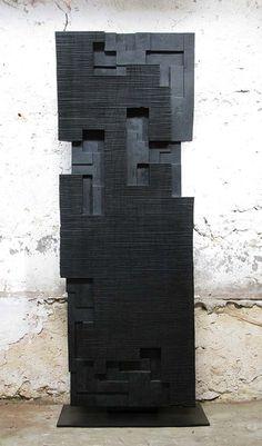 Alban LANORE / Grande stèle rainurée / Padouk calciné / 185x70x10cm.
