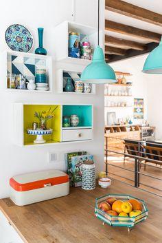Dekoideen für die Küche im vintage Look mit bunten DIY upcycling Weinkisten Regalen