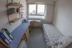 Exemple d'une chambre avec salle de bain rénovée Strasbourg, Hotel Paris, Corner Desk, Cabinet, Storage, Plus Jamais, Furniture, Drama, Rooms