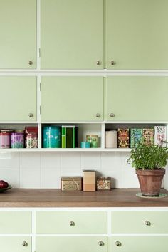 Mint green kitchen cabinets for vintage kitchen design Kitchen Interior, Interior Design Living Room, Kitchen Decor, Kitchen Design, Kitchen Walls, Kitchen Cabinets, Kitchen Appliances, Green Kitchen, New Kitchen
