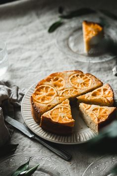 This mandarin upside-down cake with vanilla and cardamom will bring joy and coziness to these gloomy fall days. It's super simple to make! Easy Cake Recipes, My Recipes, Greek Style Yogurt, Healthy Snacks, Healthy Recipes, Cake Tins, Cake Batter, Food Design