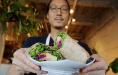東京・世田谷区にある「バレアリック飲食店」の人気メニュー「ハワイアンブリトー」。店長の國本さんに「ハワイアンブリトー」の作り方をこっそり教えていただきました。
