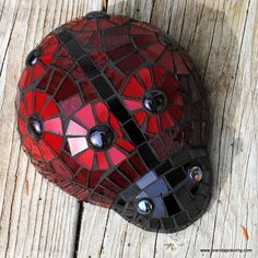 must be beautiiful in the sunlight! Brutus Bug Mosaic Ladybug Garden Accent Scarlet and Gray Ohio State Fan Mosaic Rocks, Stone Mosaic, Mosaic Glass, Glass Art, Glass Tiles, Stained Glass, Mosaic Crafts, Mosaic Projects, Mosaic Art
