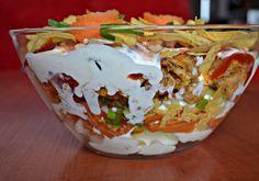 Warstwowa sałatka z chipsami i kurczakiem - DoradcaSmaku - ten przepis cieszy się popularnością, sprawdź.