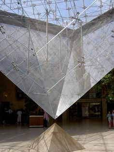 IM Pei : Pyramid at the Louvre