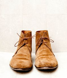 Chukka boots are similar to desert boots, worn by British forces in the Western Desert Campaign of World War II. Desert boots are looser at the ankle than chukka boots and have a crepe rubber sole Desert Boots, Fashion Shoes, Fashion Accessories, Mens Fashion, Girl Fashion, Me Too Shoes, Men's Shoes, Male Shoes, Boy Shoes