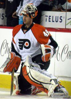 Le 27 février 2007, en raison de la blessure de Cristobal Huet, Michael Leighton est réclamé au ballottage des Flyers de Philadelphie par les Canadiens de Montréal.  Leighton a disputé son premier match dans la Ligue nationale de hockey (LNH) dans l'uniforme des Blackhawks de Chicago le 8 janvier 2003 face aux Coyotes de Phoenix et a remporté sa première victoire contre les Blues de Saint-Louis le 3 avril de la même année.