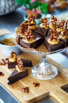 Chokladtryffeltårta med salt kolasås & kanderad mandel Baking Recipes, Dessert Recipes, Desserts, Second Breakfast, Just Bake, Cute Cakes, Something Sweet, Afternoon Tea, Sweet Recipes