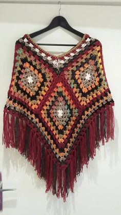 Top fashionable a crochet poncho The colors and the materials are co-ordinated. Crochet Poncho Patterns, Crochet Coat, Granny Square Crochet Pattern, Crochet Granny, Crochet Shawl, Crochet Clothes, Granny Square Häkelanleitung, Granny Squares, Crochet Sunflower
