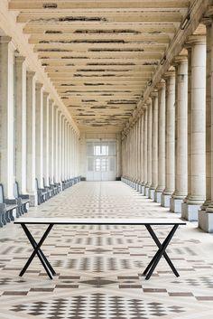 De Belgische architect Stéphane Beel ontwierp voor Bulo sb 55. - schraagstructuur : 2v of 4-v-vormige structuur uit essenhout - blad: multiplex afgewerkt met fenix HPL (zwart of wit), randafwerking zwart gelakt - 5 mogelijke afmetingen