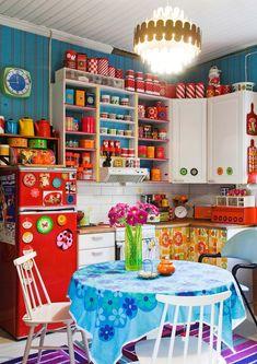 Retro kitchen from Kodin Kuvalehti magazine Diy Kitchen Decor, Vintage Kitchen Decor, Kitchen Design, Home Decor, Funky Kitchen, Mexican Kitchen Decor, Estilo Kitsch, Granny Chic Decor, Layout Design