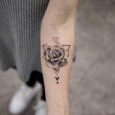 somebody should definitely get a pizza slice design in a triangle Burakkumanba - Tatuering Forearm Tattoos, Body Art Tattoos, Sleeve Tattoos, Tatoos, Piercings, Mini Tattoos, Small Tattoos, Simple Tattoos For Women, Geometric Tattoo Design