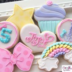 No photo description available. 6th Birthday Parties, Baby Birthday, Birthday Party Decorations, Jojo Siwa Birthday Cake, Birthday Cookies, Party Sweets, Cupcake Party, Meringue, Cute Cookies