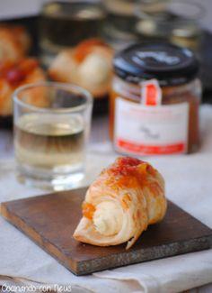 : Mini canutillos de brie con salsa dulce de melocotón y albaricoque con bayas de goji de Can Bech