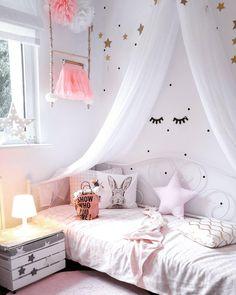 Absoluter Mädchentraum ! Bei dem liebevoll eingerichtetem Kinderzimmer fühlt sich jeder wohl. Die Dots an der Wand geben dem Zimmer den letzten unaufwendigen Schliff. Einfach dran kleben und fertig. Danach fehlt nur noch eine Gute Nacht Geschichte ;) // rosa pink Himmelbett girlsroom pink sweet cute @so.very.me.and.home