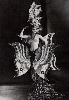 http://strangebeauty.net viavmda:  christopher-walken:  strangerains:  darkcirque: gypsypurpleloves: Folies Bergere,1909.