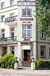 """Konditorei Buchwald - ein """"echter"""" Bäcker im retro Stil, die für ihre Baumkuchen bekannt sind."""