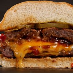 Father's Day Gift Ideas and Recipes We partnered with the exceptional grillers and recipe makers at Grilled and created a delicious Juicy Lucy Burger. Watch this juicy masterpiece come to life and then give it a try yourself! Grilled Burger Recipes, Best Burger Recipe, Gourmet Burgers, Beef Burgers, Simple Burger Recipe, Burger On Grill, Bacon Jam Burger, Best Grilled Burgers, Quesadilla Burgers