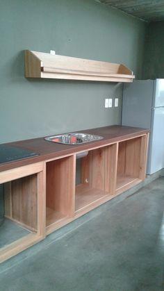 Mueble de cocina en eucalipto grandisimo y mesada de lapacho con pileta y anafe incorporada