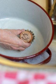 Die Topfbürste aus unbehandeltem Holzkörper und Unionborste eignet sich für den Abwasch. #topfbürste #küche #küchenutensilien #teller #topf #geschirr #geschirrspülen #washthedishes #pot #plate #dothechores #plastikfrei #plasticfree #vegan #ecofriendly #bürstenliebe #bürstenerzeugung