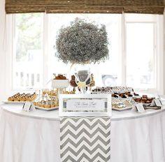 Spina di pesce grigio e bianco per un dessert table di nozze #chevron #dessertable Grey & white chevron table runner on a dessert bar.