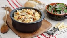 Cauliflower cheese with a fantastic crunchy parmesan topping. The bacon and mushrooms make it hearty enough to work as a main course. Cauliflower Bread, Spiced Cauliflower, Cauliflower Recipes, Bacon Recipes, Cheese Recipes, Top Recipes, Vegan Recipes, Cetogenic Diet, Cheesy Sauce