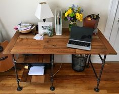 Weekend project: DIY desk with industrial pipe and reclaimed wood Rustic Desk, Wooden Desk, Industrial Pipe Desk, Craft Shed, Desk Inspo, Desk Plans, Dresser Plans, Diy Pipe, Budget Planer